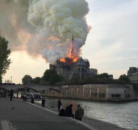 Extinguido el incendio de Notre Dame: las autoridades apuntan a un origen accidental