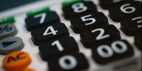 gros-plan-sur-une-calculatrice-calculette-comptes-entrepreneurs-pme-tpe-entreprises-finances