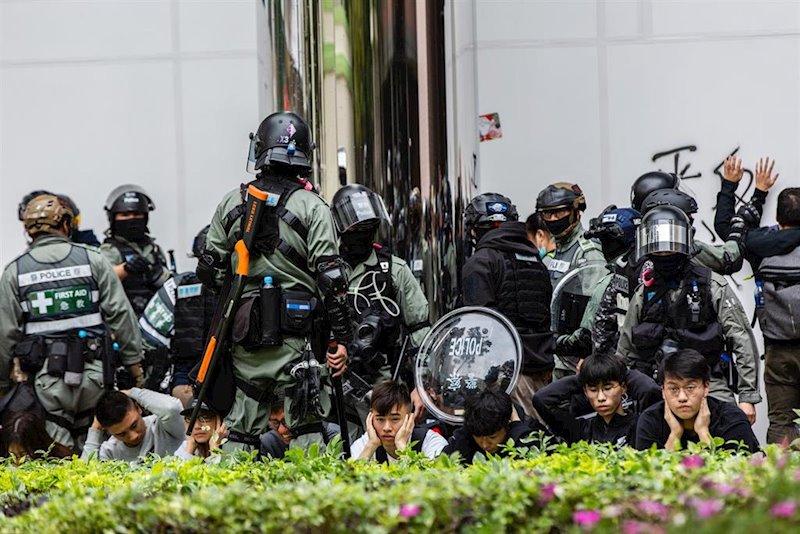 Moodys recorta el rating de Hong Kong y el Hang Seng cae cerca de un 3%
