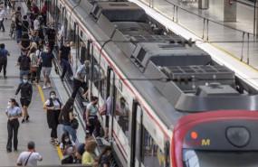 ep archivo - viajeros suben a un tren de cercanias en la estacion de tren de santa justa