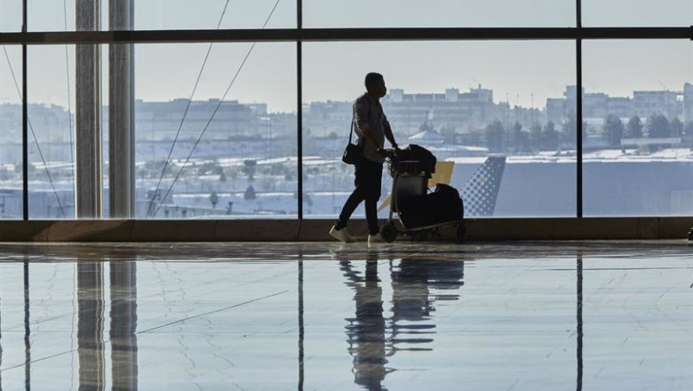 ep un pasajero camina por las instalaciones de la terminal 4 del aeropuerto madrid-barajas adolfo