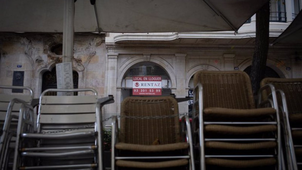 ep sillas recogidas de una terraza de un bar cerrado durante el cuarto dia de la entrada en vigor de