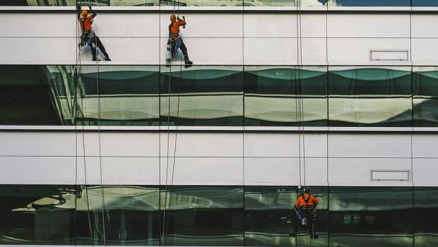 trabajadores-colgados-pared-edificio