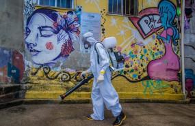 ep trabajos de desinfeccion en una favela de rio de janeiro por la pandemia de coronavirus