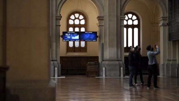 ep un grupo de personas realiza una fotografia a los valores del ibex 35 en el palacio de la bolsa