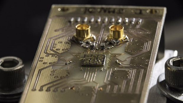 ep archivo   se muestra un chip semiconductor de procesador cuantico conectado a una placa de