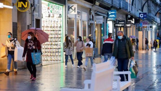 ep varias personas pasean en una calle comercial en vigo galicia espana a 17 de febrero de 2021
