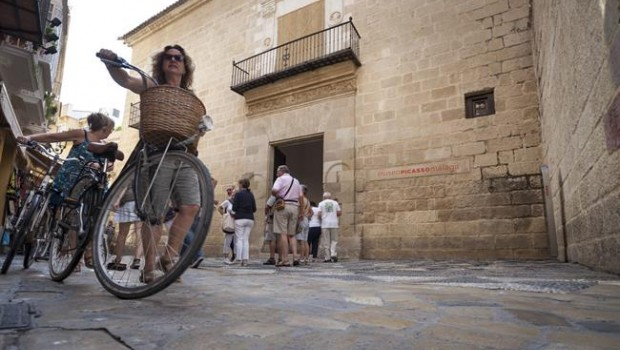 ep turistas viajeros museo picasso malaga bicicleta cicloturismo visitantes cultura