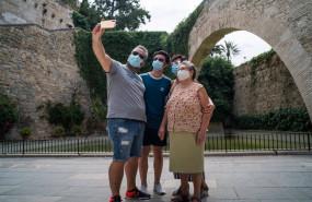 ep archivo   varios turistas se hacen una foto junto a los jardines de short del rei de palma de