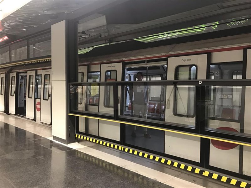 ep puerta automatica vertical en metro de barcelona