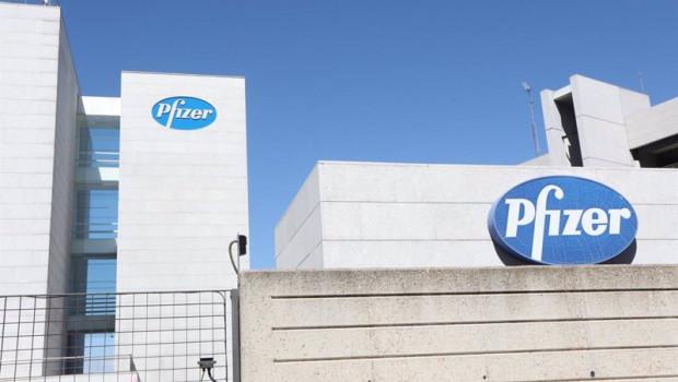ep logo de pfizer en el edificio de los laboratorios de la marca en madrid espana a 2020