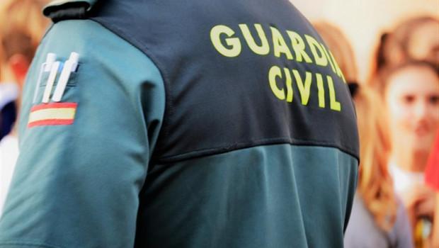 ep un agentela guardia civil de espaldas