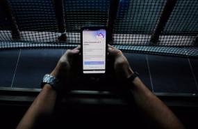 ep una persona hace uso desde su telefono movil de la aplicacion movil que desarrolla el gobierno de