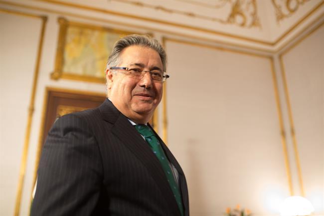 Zoido anuncia que el gobierno aprobar un decreto para for Adolfo dominguez acciones