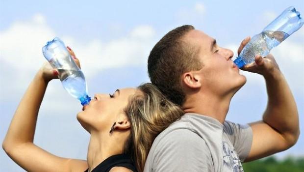 ep mujerhombre bebiendo agua