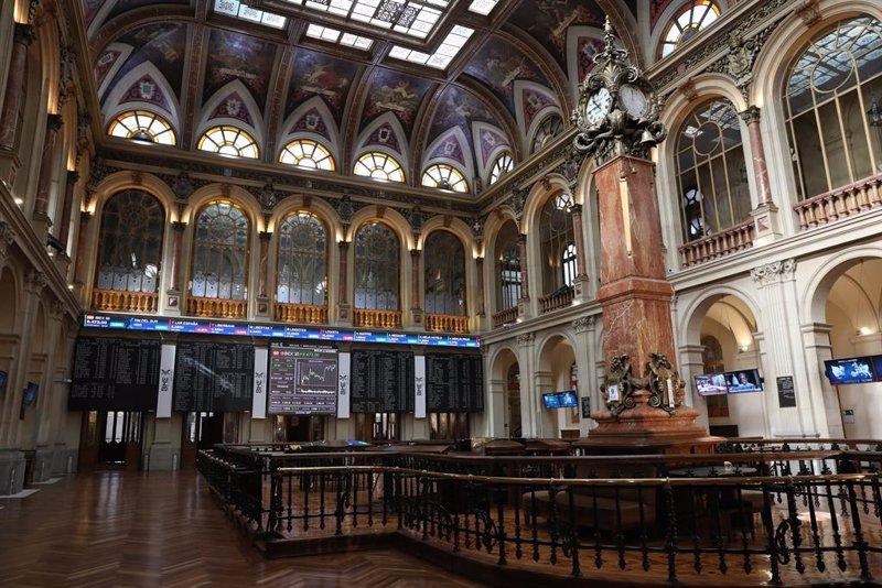 https://img4.s3wfg.com/web/img/images_uploaded/8/2/ep_archivo_-_interior_del_palacio_de_la_bolsa_con_paneles_con_valores_del_ibex_35_en_madrid_espana.jpg