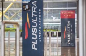 ep archivo   un panel muestra informacion sobre vuelos de la aerolinea plus ultra en el aeropuerto