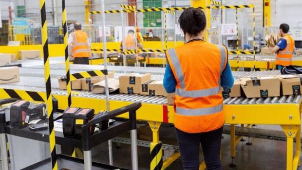 ep trabajadores del centro logistico de amazon en alcala de henares madrid
