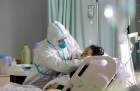 ep un medico militar atiende a un paciente enfermo de coronavirus en la unidad de cuidados