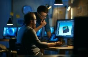 dos-trabajadores-probando-nuevo-software