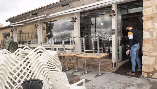 ep un camarero trabaja en el exterior de un bar en el casco historico de cuenca