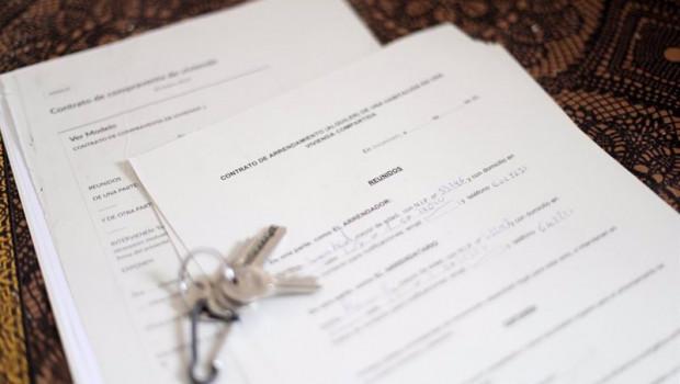 ep unas llaves sobre un contrato de compraventa de vivienda y un contrato de arrendamiento alquiler