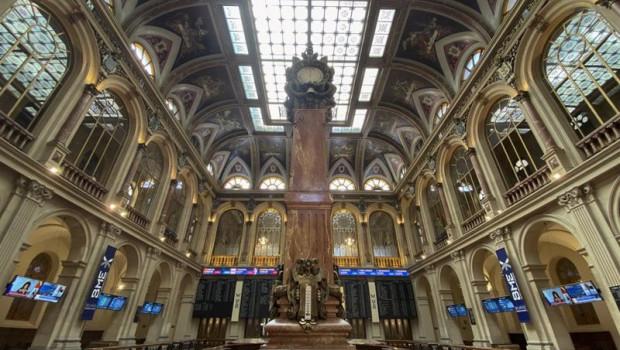ep columna central en el interior del palacio de la bolsa de madrid espana