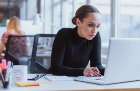 mujer-trabaja-ordenador