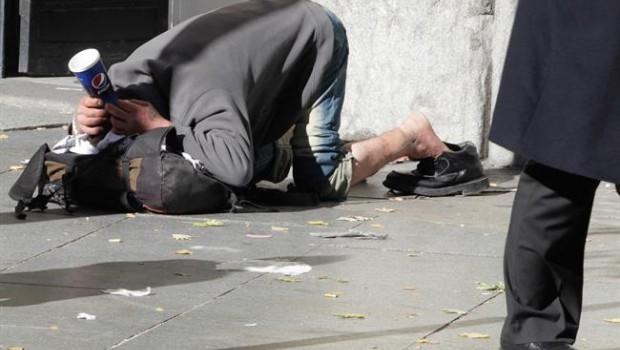 ep pobreza pobre indigente mendigo sin techo persona pidiendola calle