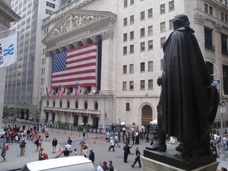 Wall Street cede posiciones al inicio de una semana con muchas referencias económicas