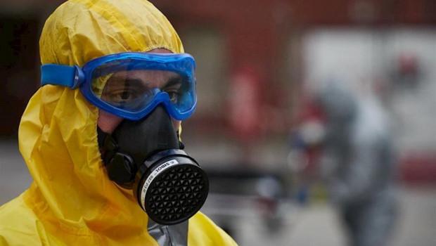 ep un voluntario de dya navarra se protege con mascara gafas y traje epi en el servicio de urgencias