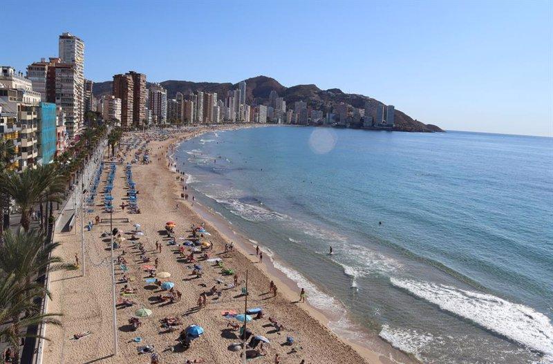 IAG, Aena y Meliá suben: los británicos vacunados podrán viajar a España sin restricciones