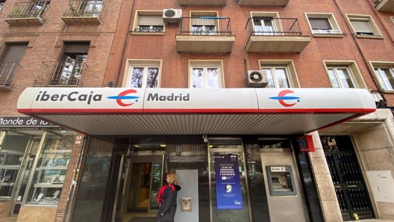 ep archivo   una mujer entra en un una oficina de ibercaja en madrid