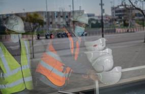 ep dos trabajadores asiaticos colocan cascos blancos de obra en el pabellon del mobile world