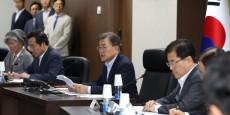 le-president-sud-coreen-moon-jae-in-preside-le-conseil-national-de-securite-a-la-maison-bleue-presidentielle-a-seoul-en-coree-du-sud-le-4-juillet-2017