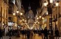 ep calle iluminada farolas gente andandola noche