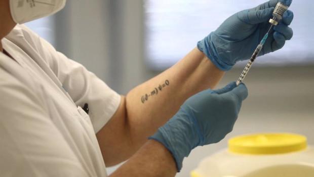 ep una sanitaria sostiene una dosis de la vacuna de pfizer contra el coronavirus antes de